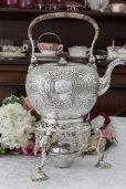 画像9: 純銀製(925) 1729年 特級 ジョージ二世 手編みハンドル お花とスクロールのハンドチェイシング ティーケトル&スタンド