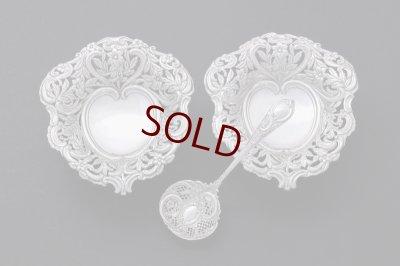 画像1: アンティークシルバー 純銀製(925) ハート型 ペア お花の透かし細工ボンボンディッシュ & シュガーシフタースプーンセット