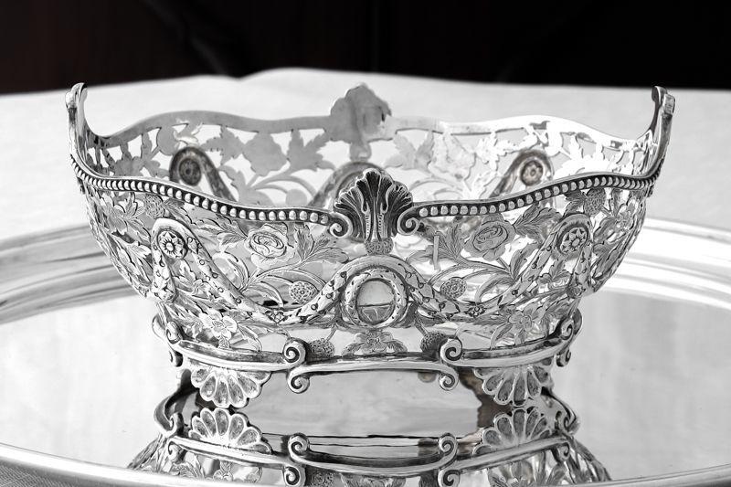 画像1: アンティークシルバー 純銀製 お花の透かし細工とガーランド装飾 ブレッドバスケット