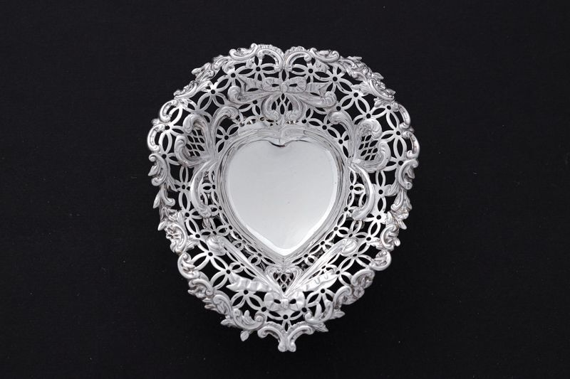 画像1: アンティークシルバー 純銀製(925) ハート型 リボンの透かし細工ボンボンディッシュ