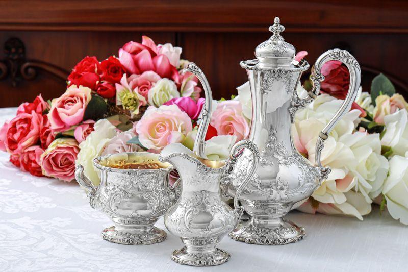 画像1: アンティークシルバー、純銀製(925) 1900年前後 アメリカ製ロココスタイル お花とスクロールコーヒー3点セット