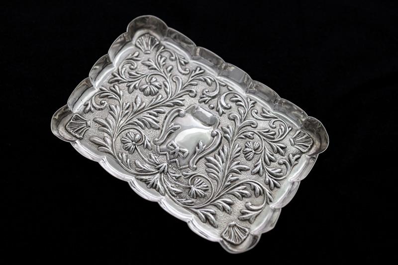 画像1: アンティークシルバー、純銀製(925)  1900年 マッピン&ウェッブ リボン、お花と葉模様彫刻  ピンディッシュ/スモールトレイ