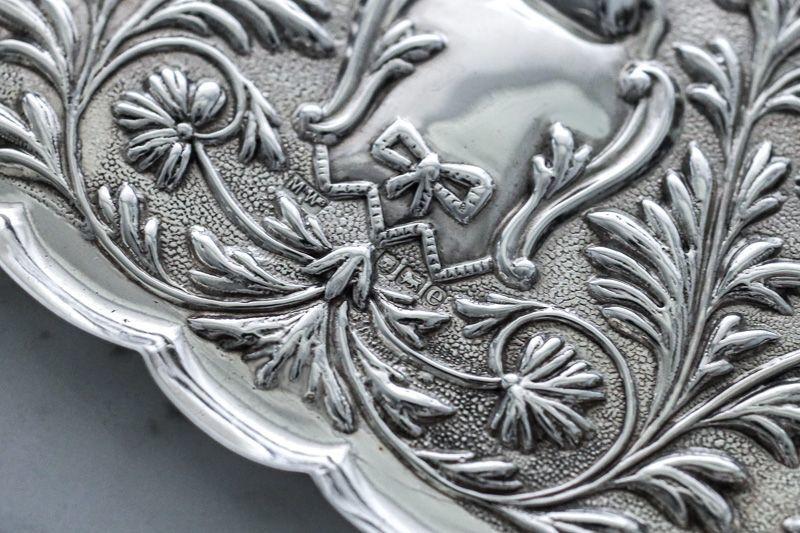 画像4: アンティークシルバー、純銀製(925)  1900年 マッピン&ウェッブ リボン、お花と葉模様彫刻  ピンディッシュ/スモールトレイ