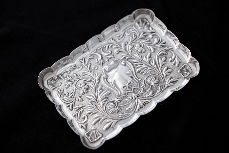 画像3: アンティークシルバー、純銀製(925)  1900年 マッピン&ウェッブ リボン、お花と葉模様彫刻  ピンディッシュ/スモールトレイ