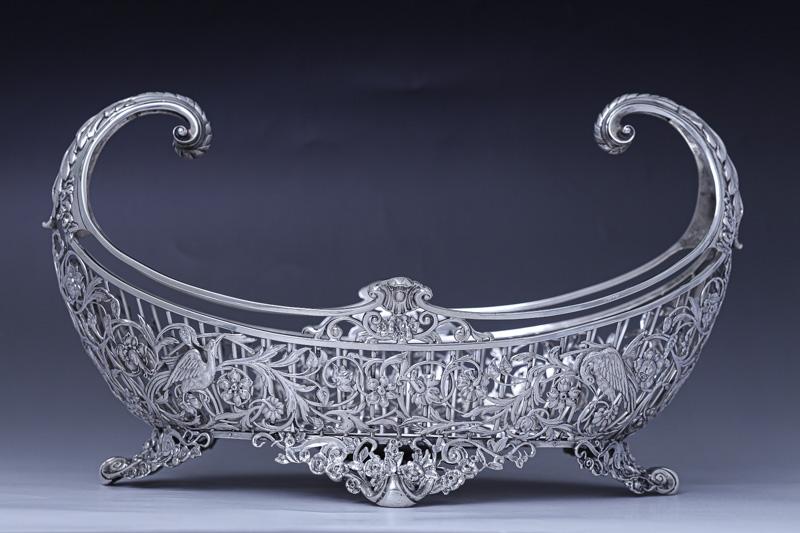 画像1: アンティークシルバー、純銀製(925)1902年 特級品 エルキントン 手作業の鋳金透かし細工 貴族の館の花入れ(ジャーディニエール)/フルーツバスケット